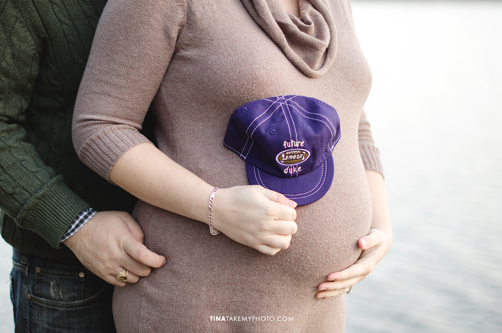 Richmond-Woodlake-Winter-Maternity-Baby-Bump-JMU-HatPhotographer (17)