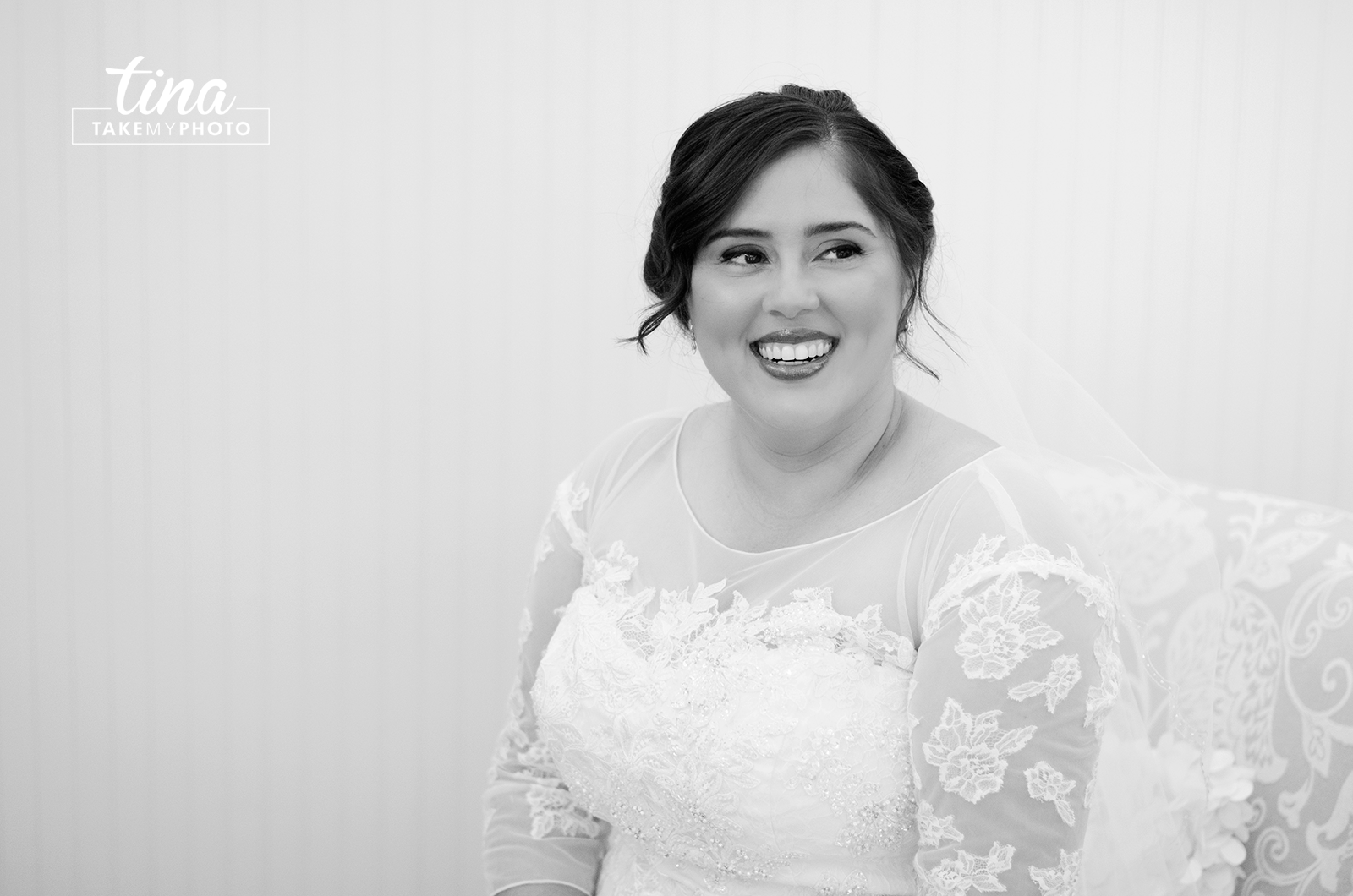 bridal-portrait-black-white-sitting-natural-light-smile-laugh-wedding-photographer-brandermill-country-club-virginia