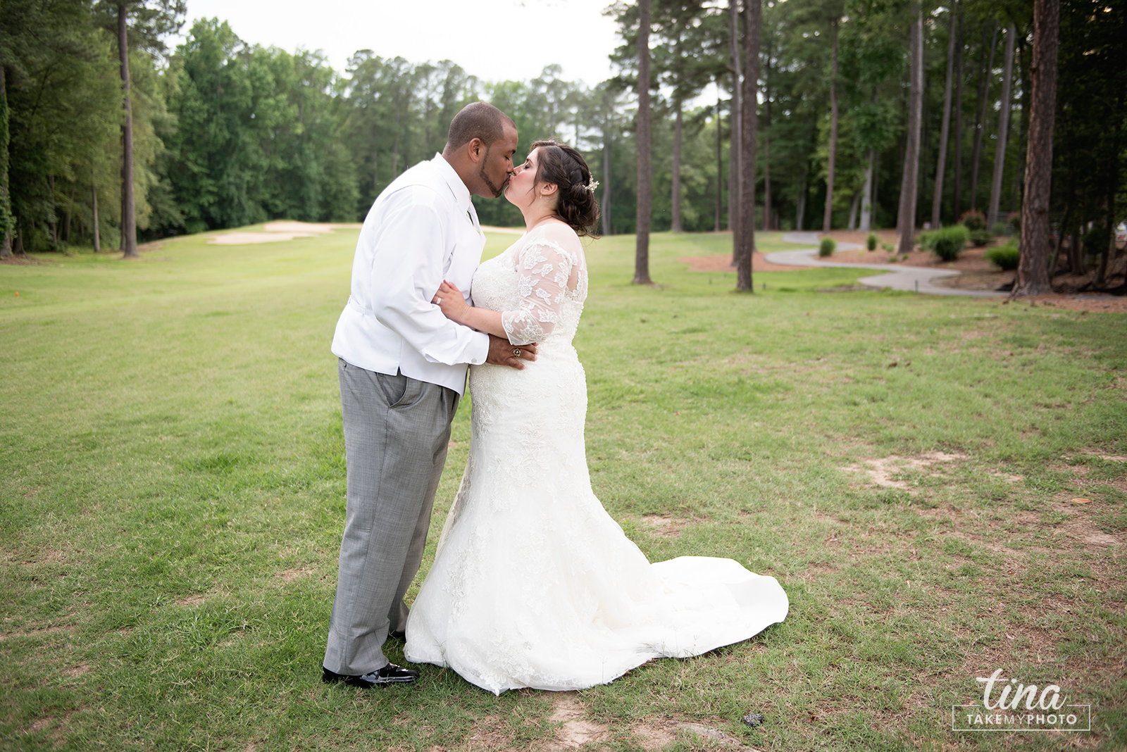 wedding-photographer-bride-groom-portrait-summer-brandermill-country-club-virginia-golf-course-rain