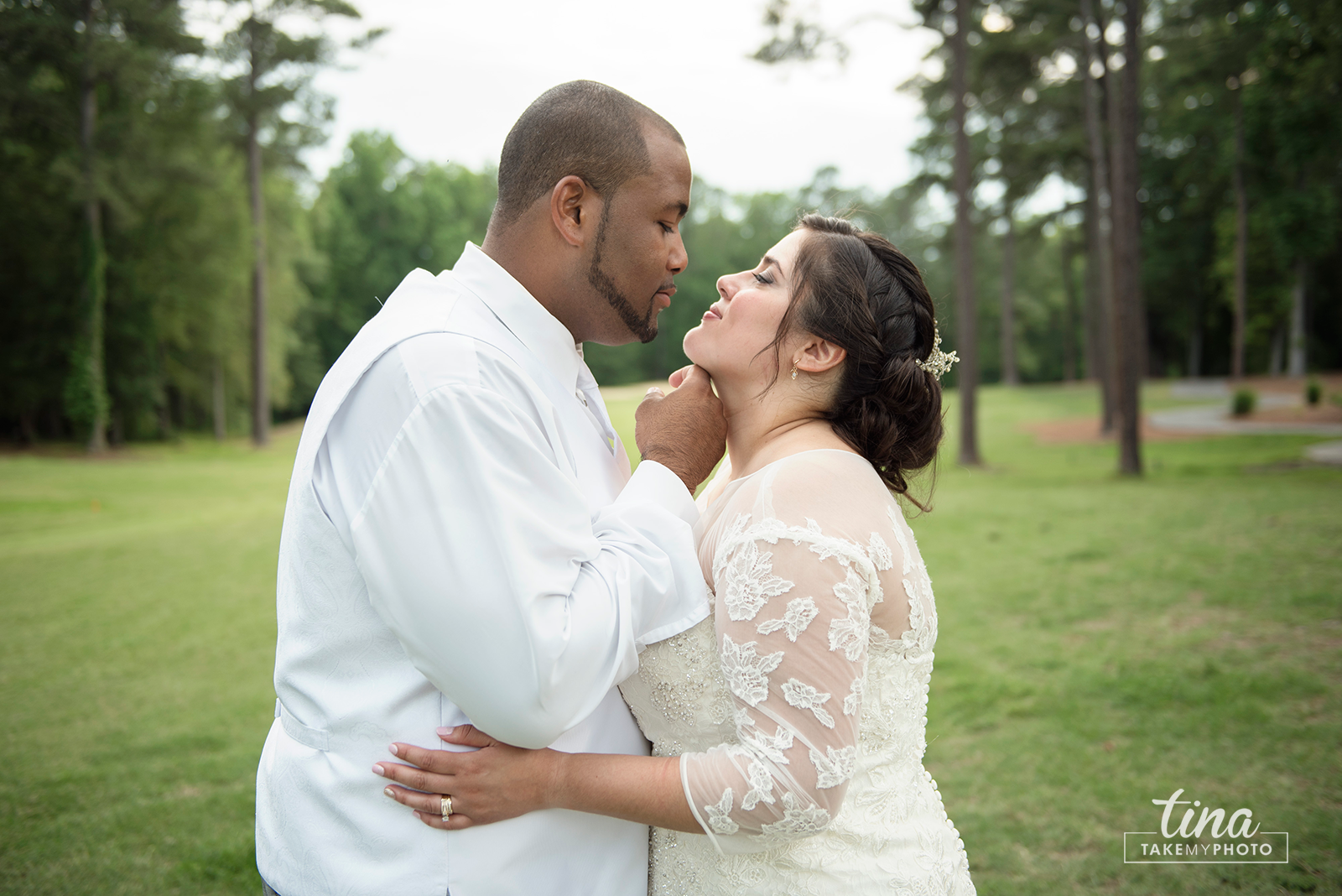 wedding-photographer-bride-groom-portrait-summer-brandermill-country-club-virginia-golf-course-rain2