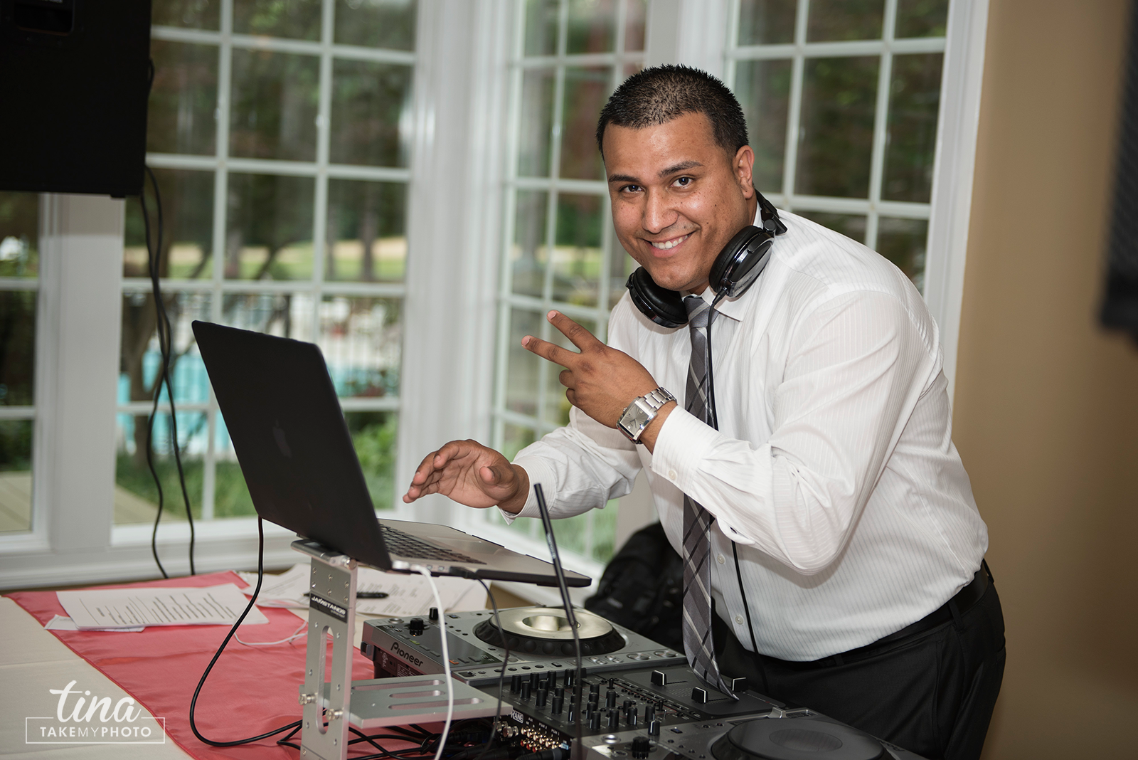 wedding-photographer-reception-fun-dj-summer-brandermill-country-club-virginia