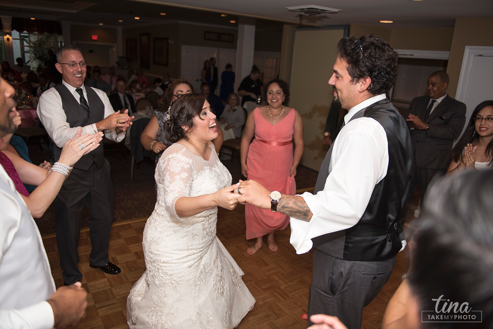 wedding-photographer-reception-guests-fun-dancing-summer-brandermill-country-club-virginia-2