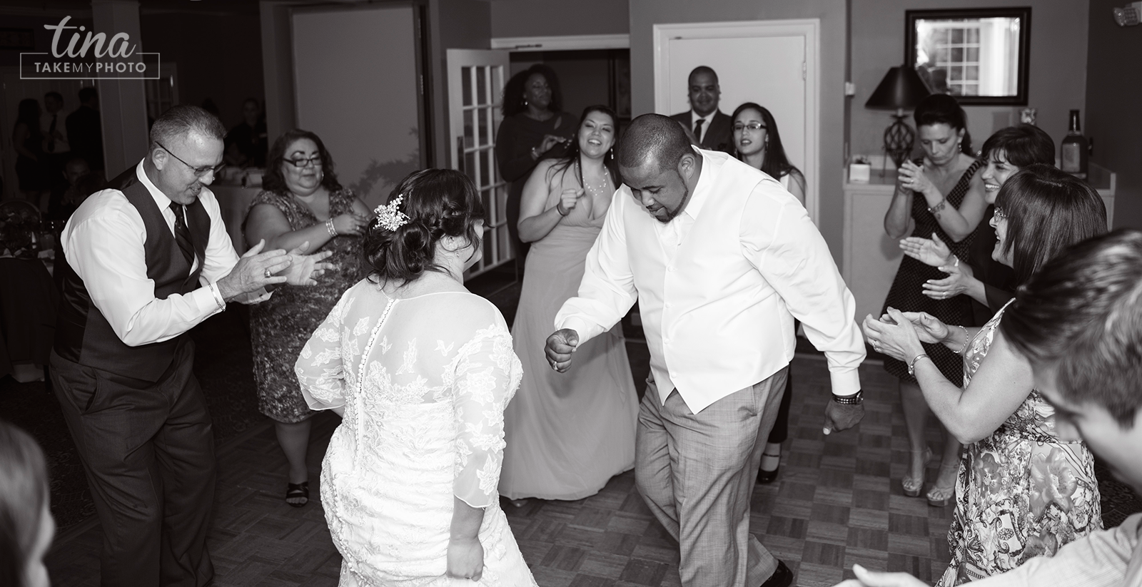 wedding-photographer-reception-guests-fun-dancing-summer-brandermill-country-club-virginia