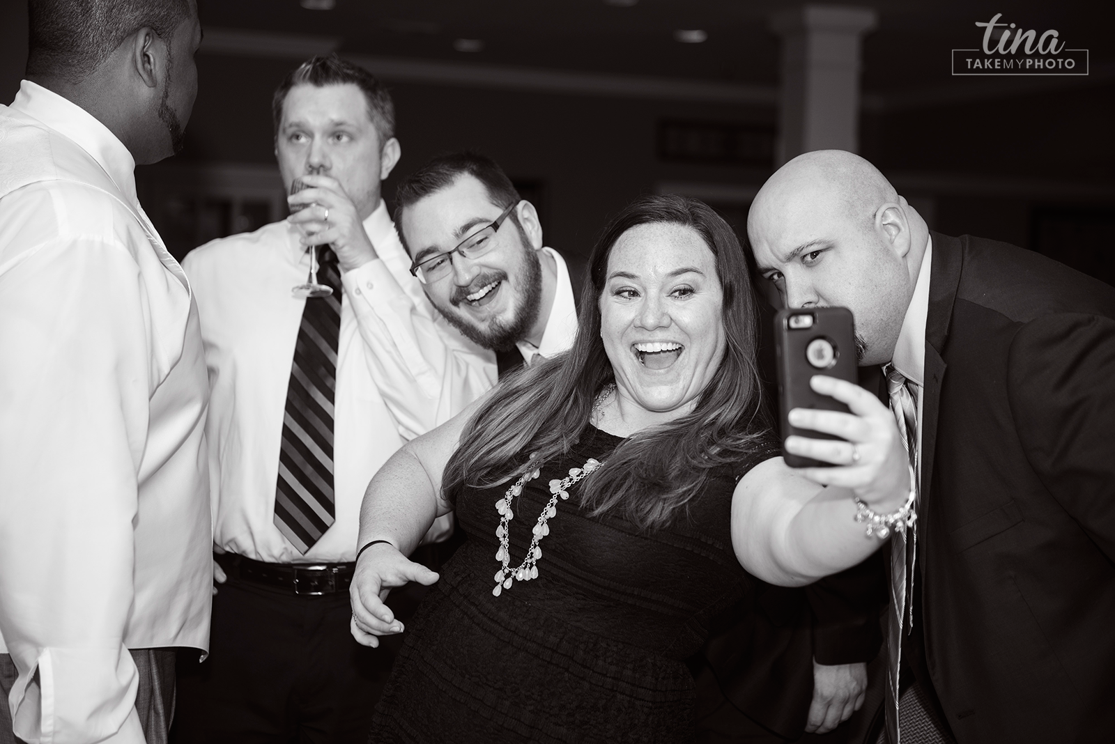wedding-photographer-reception-guests-fun-slefie-summer-brandermill-country-club-virginia