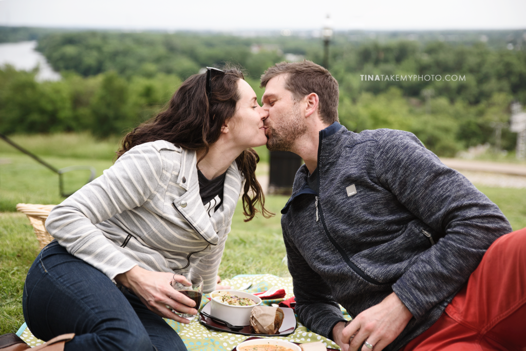 libby-hill-park-richmond-rva-engagement-anniversary-photographer-sunset-picnic-date-TRT_0379