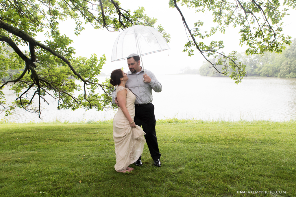 ridge-maryland-md-rainy-spring-wedding-photographer-winery-slack-woodlawn-clear-bubble-umbrella-lake-outdoor-spring-romantic-bride-groom-first-look-trt_0671