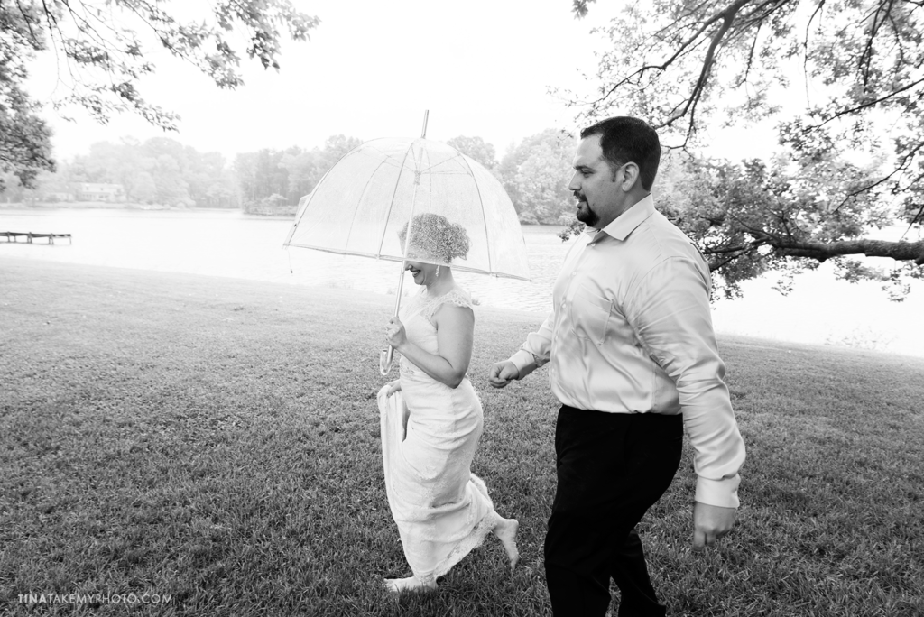 ridge-maryland-md-rainy-spring-wedding-photographer-winery-slack-woodlawn-clear-bubble-umbrella-lake-outdoor-spring-romantic-bride-groom-first-look-black-and-whitetrt_0674