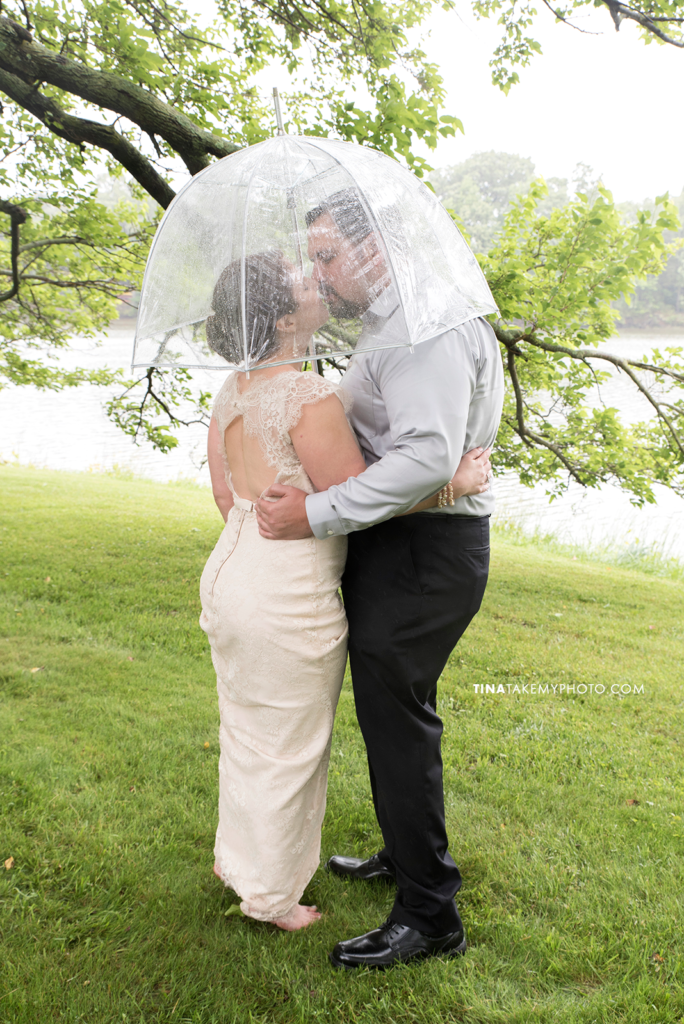 ridge-maryland-md-rainy-spring-wedding-photographer-winery-slack-woodlawn-clear-bubble-umbrella-lake-outdoor-spring-romantic-bride-groom-first-look-kiss-trt_0655