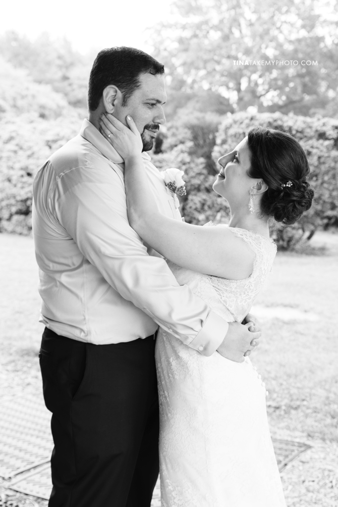 ridge-maryland-md-rainy-spring-wedding-photographer-winery-slack-woodlawn-lake-portraits-door-bride-groom-portraits-outdoor-spring-romanticblack-white